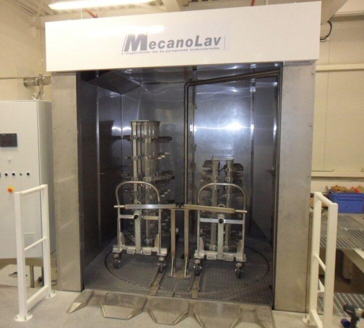 Machine de nettoyage en fosse pour composants aéronautiques sur chariots