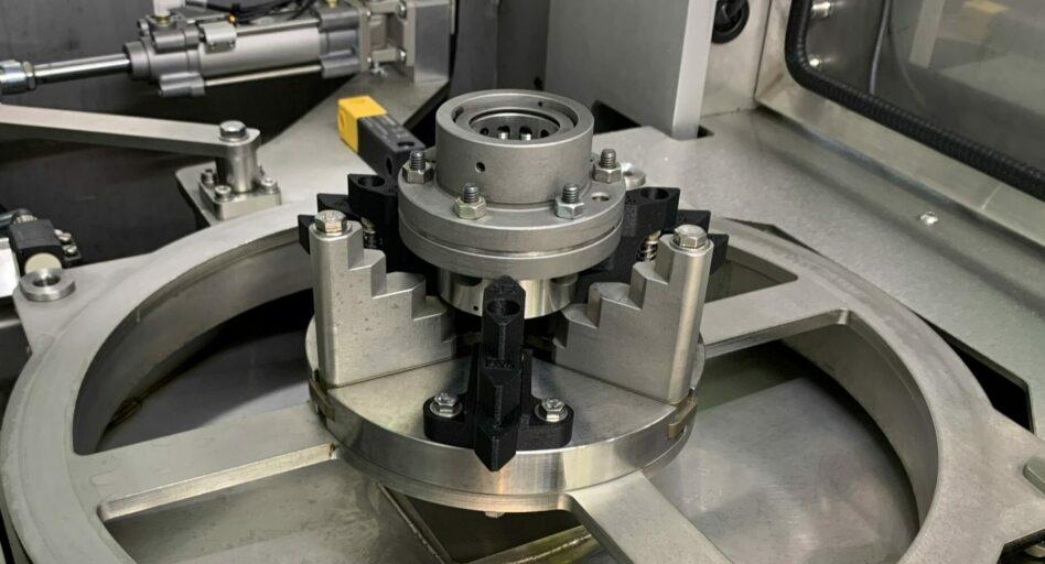 Nettoyage de précision des écrous installés sur les vis à rouleaux